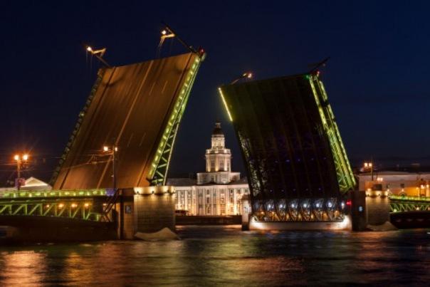 В Петербурге задержали байкера, который перелетел Дворцовый мост