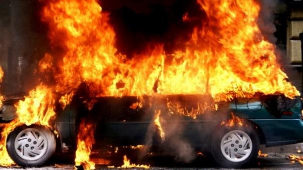 Шесть машин сгорели ночью во дворе дома на Просвещения