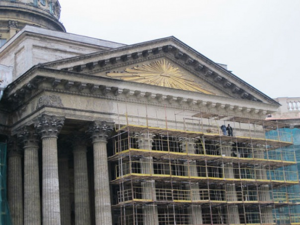 Смольный объяснил новый цвет колоннады Казанского собора