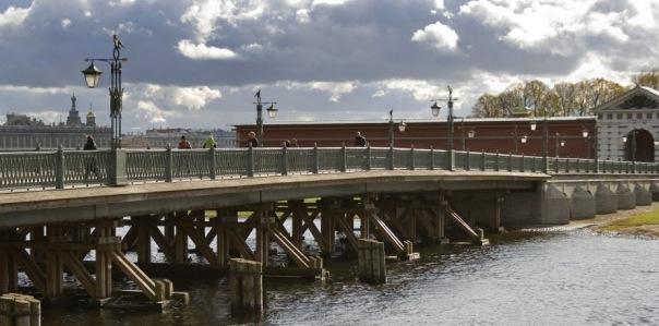 В Петербурге прогулочный теплоход столкнулся с опорой моста