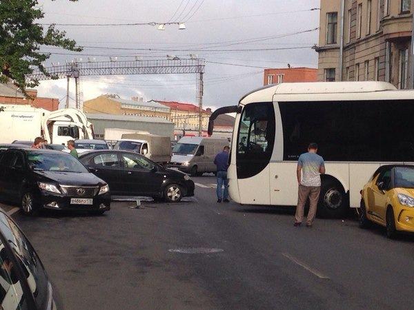 В центре Петербурга туристический автобус протаранил 4 машины и дом