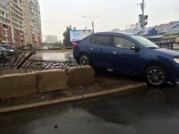 В Петербурге автомобиль снова влетел в подземный переход