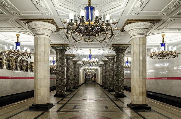Полиция осматривает все станции петербургского метро после звонка о бомбе.