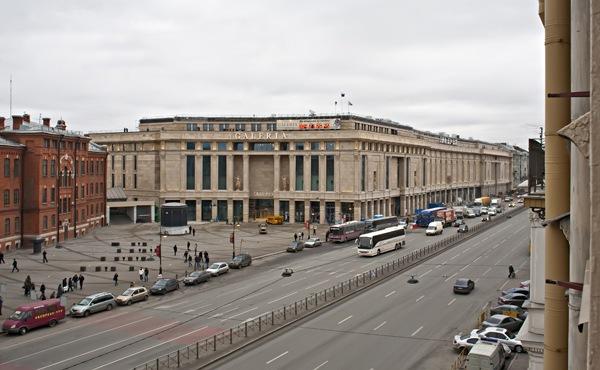 В Петербурге возле Галереи двое школьников жестоко избили прохожего