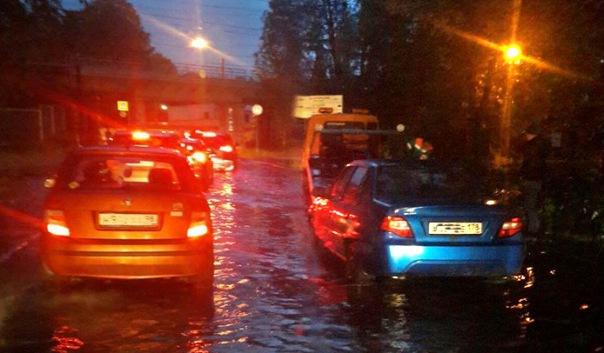 Из-за проливных дождей улицы Петербурга утонули в канализационных стоках