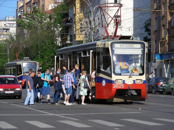 Петербург требует вернуть обязательную остановку машин перед трамваями