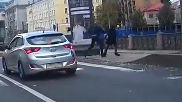 Нервному водителю, сбросившему пешехода в канал, выдвинули обвинение