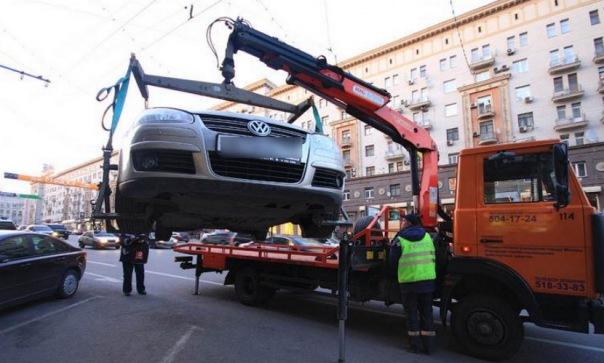 Агрессивная петербурженка избила троих полицейских за попытку эвакуировать авто