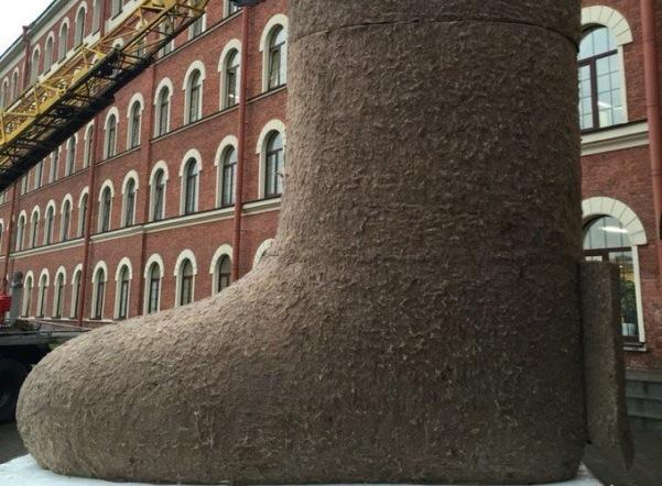 У Ткачей установили самый большой в мире валенок