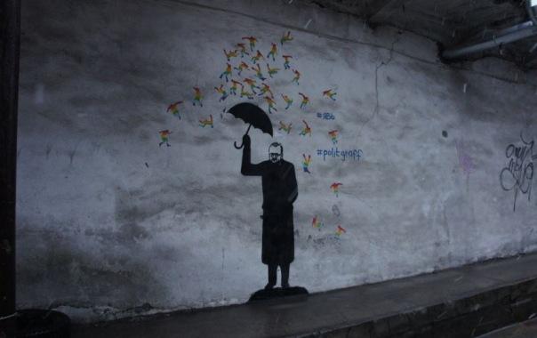 В Петербурге появилось граффити с Милоновым и радужными человечками