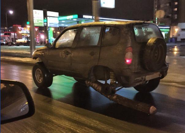 По Петербургу ездил автомобиль с бревном вместо заднего колеса