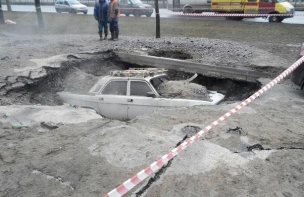 После прорыва трубы на проспекте Славы из-под земли доставали Волгу