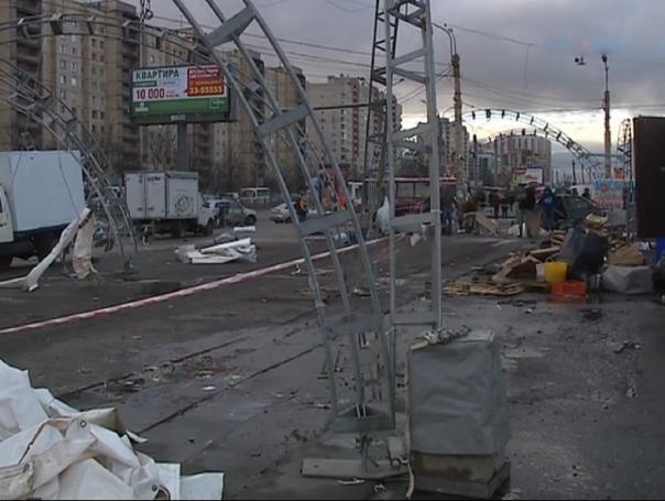 В Петербурге шквалистым ветром сдуло рынок