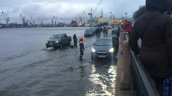 МЧС эвакуировало плавающие машины на Васильевском острове