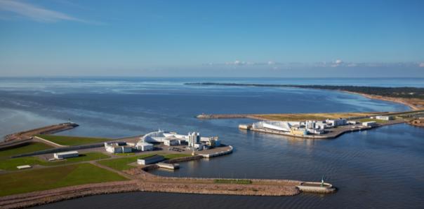 Затворы дамбы в Петербурге открыли, угроза подъема воды миновала
