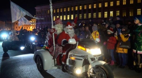 Сегодня байкеры провели пробег с Дедом Морозом в Петербурге