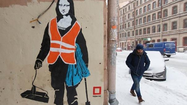 Граффити Джоконды в образе дворника украсило многоэтажку в Петербурге