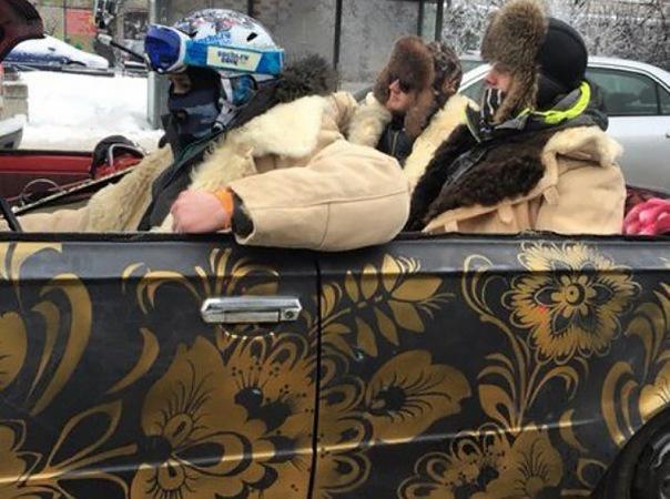 Необычный кабриолет с веселыми пассажирами заметили в Петербурге