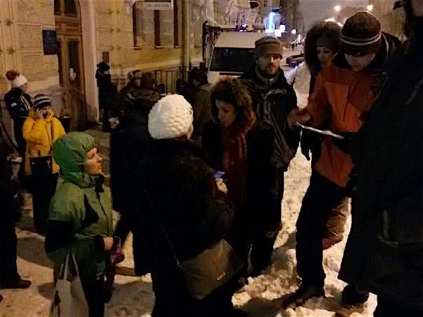 Петербуржцы ночуют у МФЦ, чтобы записать детей в первые классы