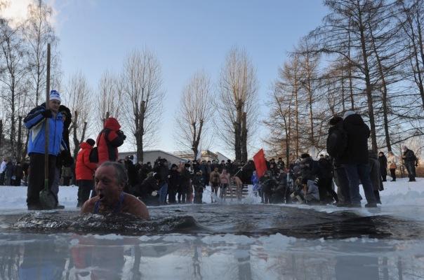 Петербургские моржи совершили заплыва в парке победы