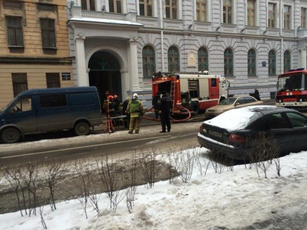 Реставрационные мастерские на Кирилловской улице тушили 40 спасателей