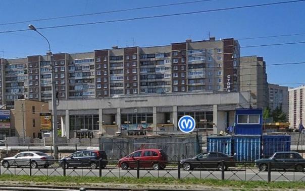 На севере Петербурга начали сносить ларьки возле метро