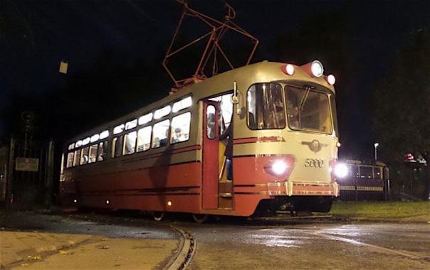 Пассажирам музейного трамвая в Петербурге 8 марта подарят цветы