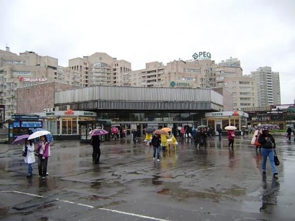 У метро Академическая снесли 30 незаконных ларьков