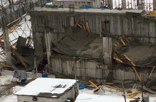 На Суздальском в Петербурге обрушился второй этаж строящегося паркинга