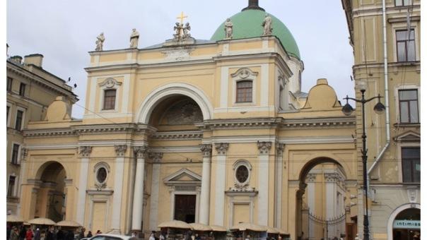 Мужчина упал с крыши церкви в Петербурге, делая селфи