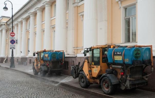 Петербургские дорожники готовят город к весне и моют улицы