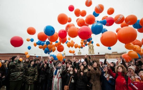 Петербуржцы устроили яркий флешмоб в честь дня рождения Юрия Гагарина