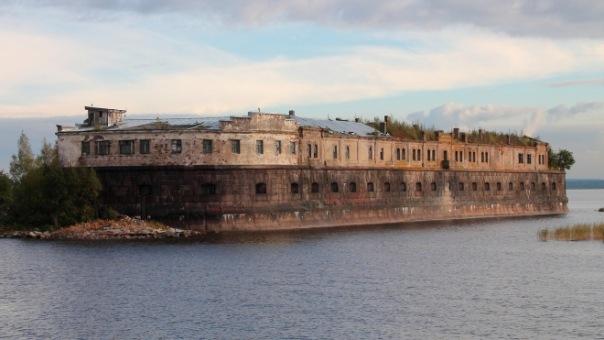 У севшего на мель у Кронштадта судна полностью затопило один отсек