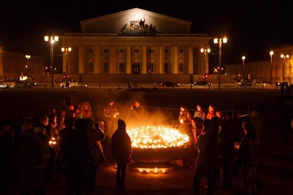 Сотни петербуржцев зажгли свечи в память жертв крушения боинга