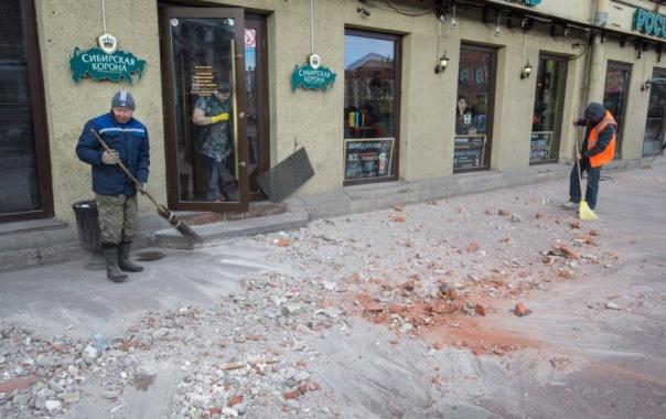 С фасада дома №66 по Невскому на голову мужчине упала штукатурка