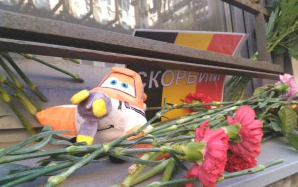 К консульству Бельгии в Петербурге несут цветы