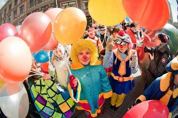 В День смеха по центральным улицам Петербурга пройдет красочный клоун-парад