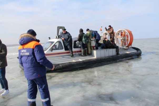 Со льда Ладоги спасатели эвакуировали 86 рыбаков