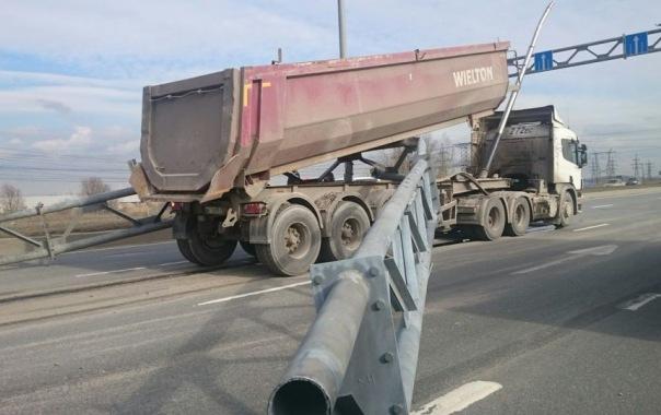 Грузовик кузовом снёс арку с указателями на Софийской и устроил крупную пробку