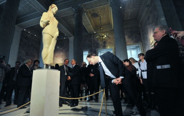 Древнегреческая скульптура из Акрополя приехала в Эрмитаж