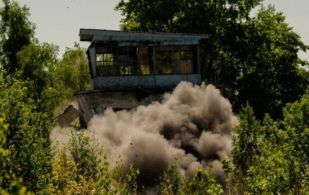 Под Петербургом военные учатся взрывать дома