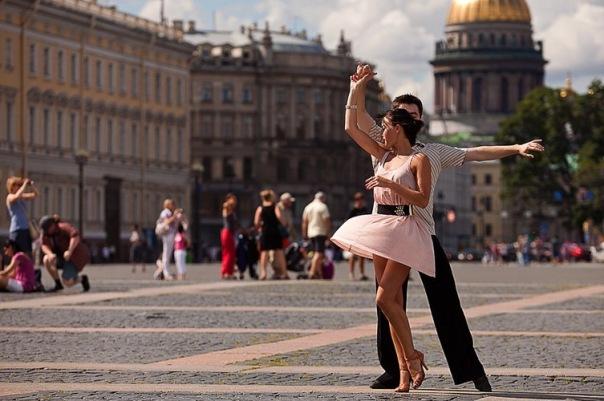 В парках, на пляжах и улицах Петербурга будут проводить уроки танцев