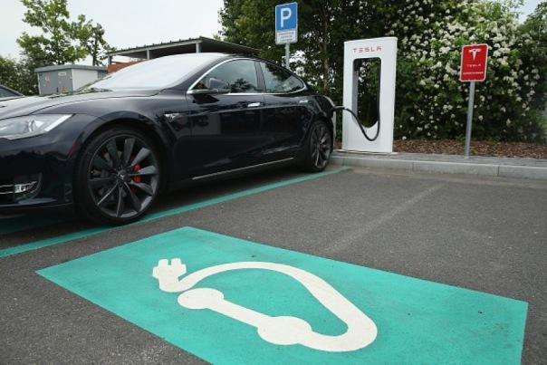 В ЗакСе Петербурга поддержали инициативу об отмене налога для владельцев электромобилей