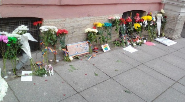 В Петербурге у консульства США почтили память жертв теракта в Орландо