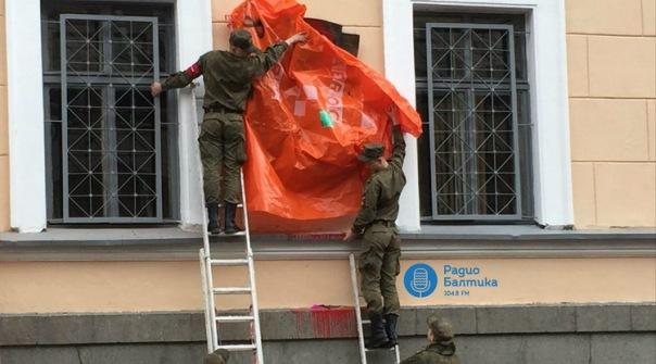 В Петербурге памятную доску Маннергейму облили краской