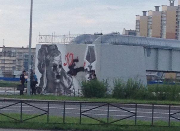 Неизвестные испортили граффити с Будановым у моста Кадырова в Петербурге