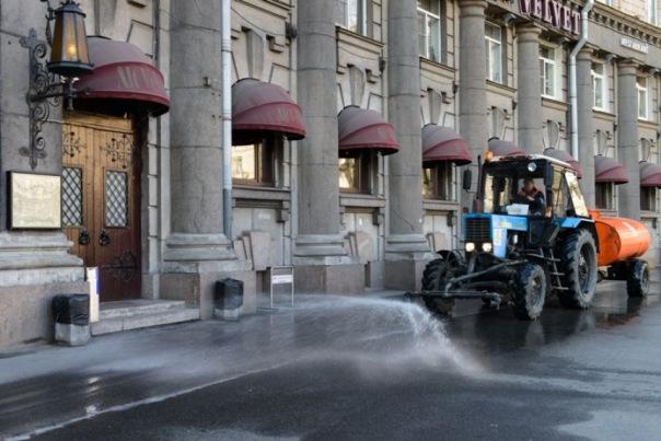 В проливной дождь городские службы усиленно моют улицы Петербурга