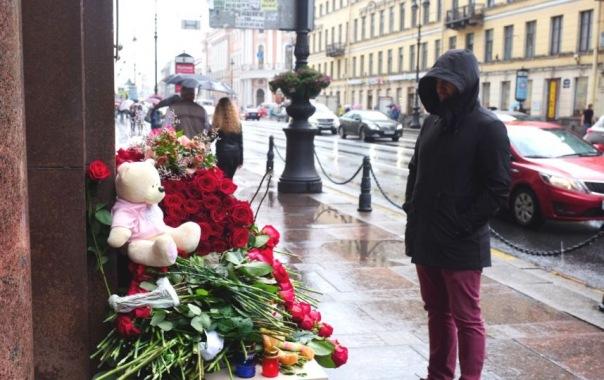 Петербуржцы несли цветы к консульству Франции, несмотря на дождь
