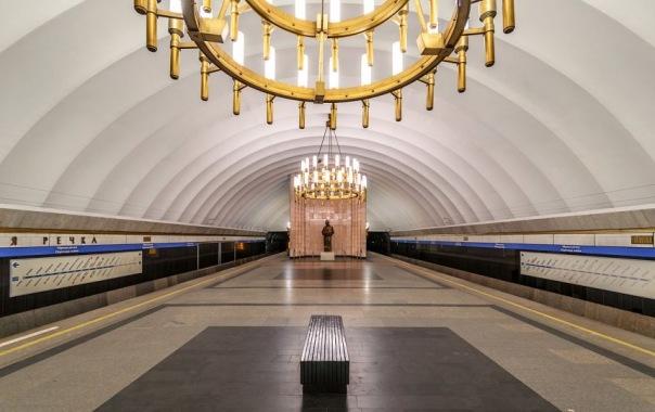 В Петербурге полицейский спас пассажиров метро от агрессивного хулигана с ножом