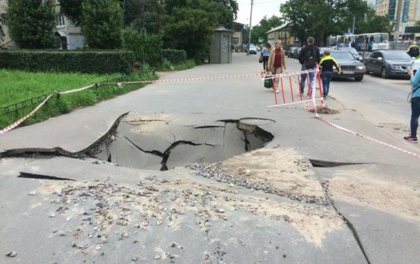 Провал асфальта у метро Проспект Ветеранов на тротуаре образовалась глубокая яма